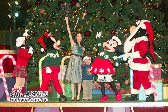 组图:容祖儿为迪斯尼圣诞树亮灯生病仍要唱歌
