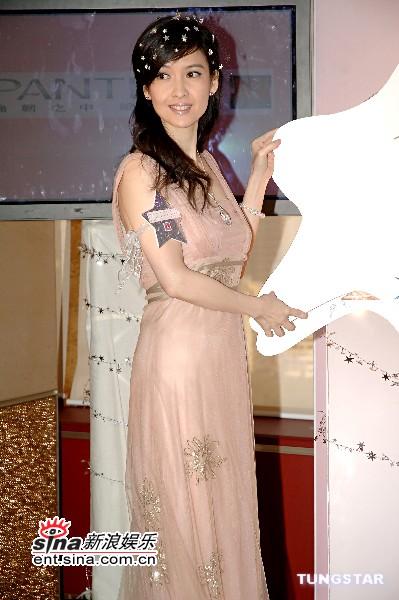 组图:周慧敏时隔10年复出代言吊带纱裙如公主