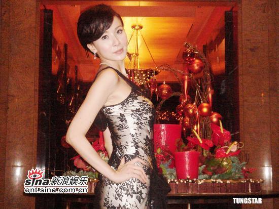 组图:萧蔷首次前往新加坡着蕾丝礼服气质非凡