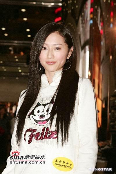 组图:陈炜王秀琳等着民族风情服饰出席时装秀