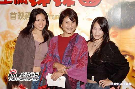 陈自瑶/郑佩佩(中)和女儿原子鏸(左)