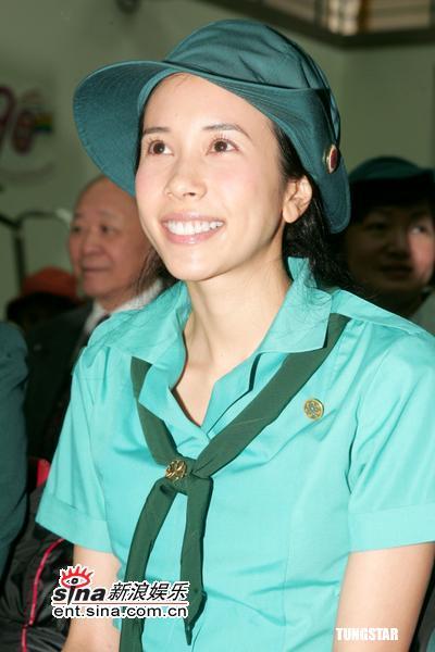 组图:莫文蔚童军制服出席仪式相信Gigi很坚强