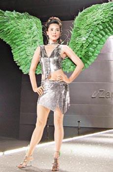 组图:郭羡妮化身性感天使背绿色巨翼走秀