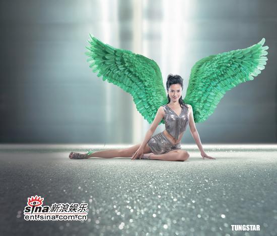 组图:郭羡妮化身天使身背巨型翅膀拍摄广告