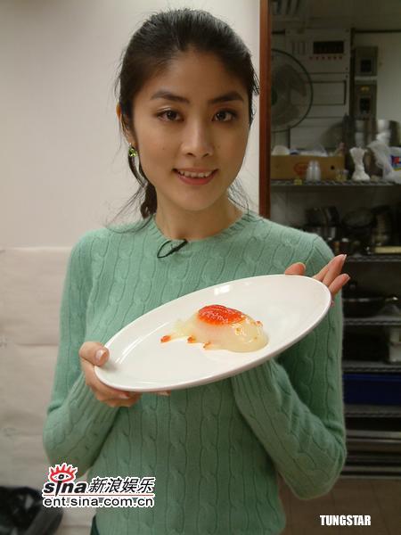 组图:陈慧琳新年下厨做年糕首展厨艺有模有样