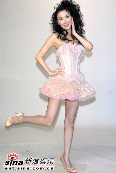 组图:萧蔷紧身短裙代言电玩傲人上围呼之欲出