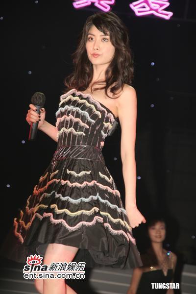 组图:陈慧琳亮相上海慈善活动黑短裙劲歌热舞