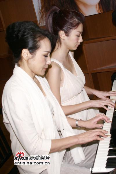组图:许玮伦新书发表会母女表演四手连弹钢琴