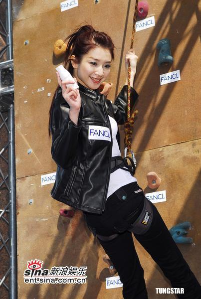 组图:许玮伦扮霹雳娇娃攀岩身手矫健爬四米高