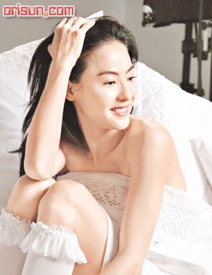 张柏芝床上玩性感白色诱惑大秀双肩美腿(组图)