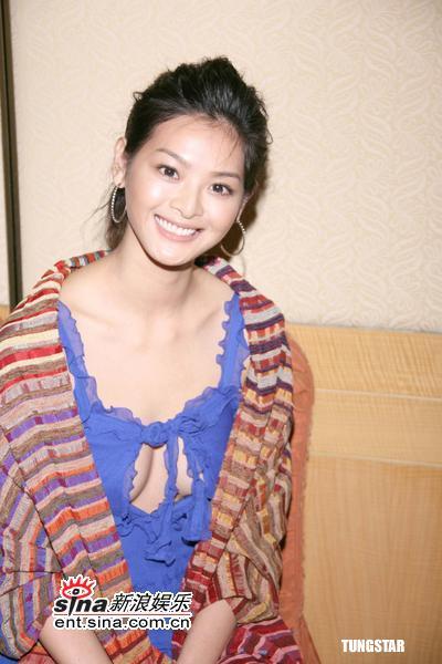 组图:林嘉绮姜培琳出席活动挺胸激凸性感交锋