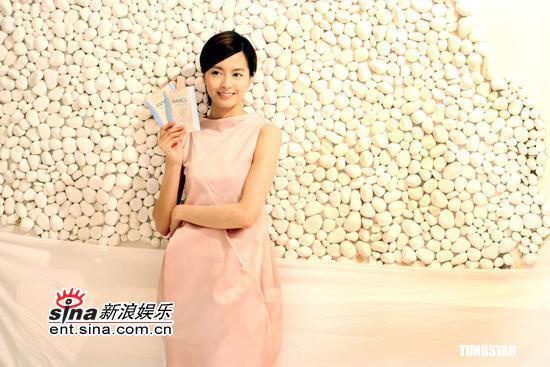 组图:梁咏琪拍摄广告身穿粉红连身裙春色盎然
