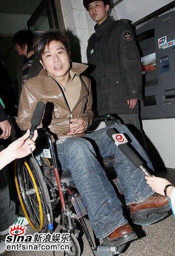 组图:伍思凯演出坠台受伤医院坐轮椅接受采访