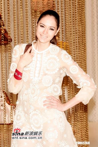 组图:名模Ana.R出席春夏时装展大秀娇柔美态