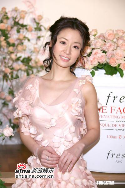 组图:林心如化身动人玫瑰仙子代言知名化妆品