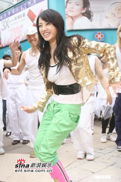 组图:蔡依林带领百人跳街舞蔡妈蔡爸赶来捧场