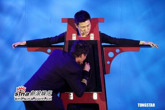 组图:刘德华为歌迷会庆生变魔术向父亲表孝心