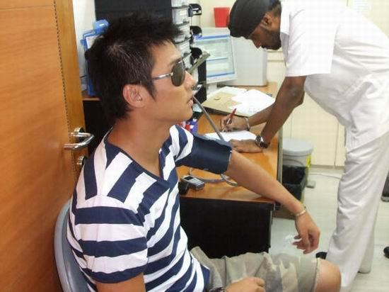 组图:胡兵新加坡再次受伤接连遇险众人担心