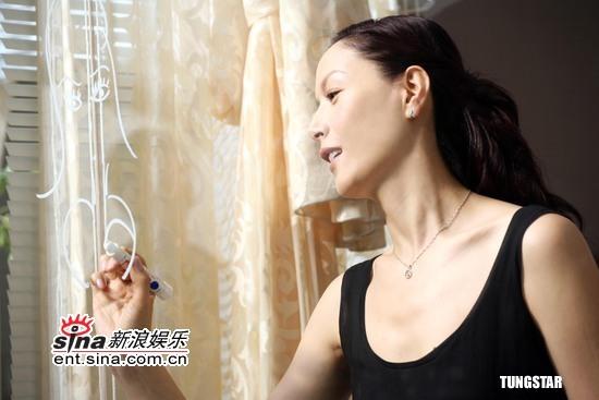 组图:琦琦拍摄化妆品广告展现女人的自然魅力