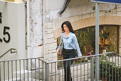 组图:周星驰卖豪宅赚3千万送女友于文凤名车