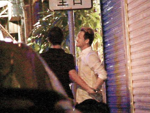 组图:张柏芝御用化妆师疑为同性恋当街抱男友