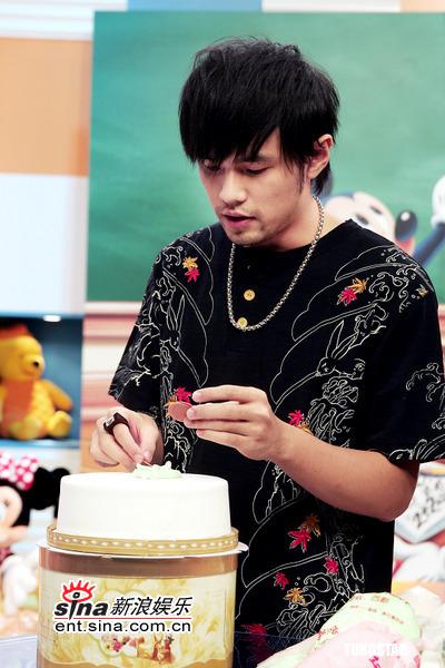 组图:周杰伦做蛋糕向妈妈祝寿自称是个�哦�子