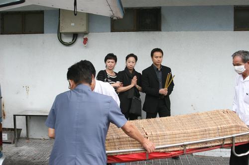 组图:关海山遗体送往殓房前妻子女不在乎遗产