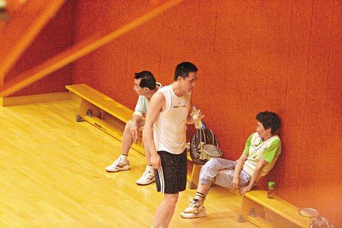 组图:张国荣50岁冥寿昔日最爱唐唐与帅哥打球