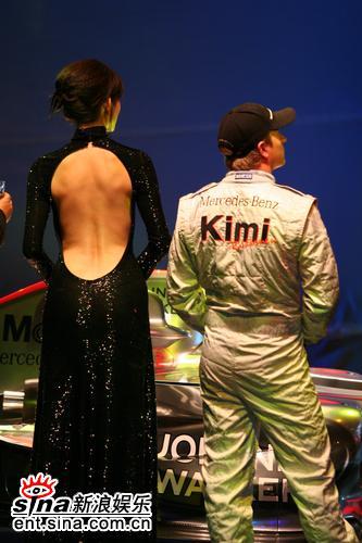 组图:林志玲出席代言活动玉背尽露色诱F1冰人
