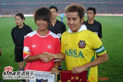 组图:香港明星足球队VS佛山女子青年足球队开