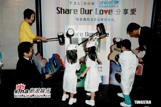 组图:美女护士杨千�么壬苹疃�为儿童送关怀