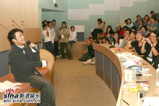 组图:蔡康永复旦大学演讲轻松随意大受欢迎