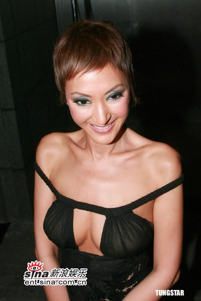 组图:刘嘉玲低胸装亮相时尚派对与女星斗性感