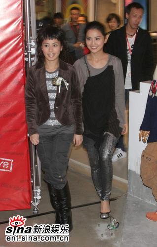 组图:Twins亮相上海代言服饰钟欣桐换新发型