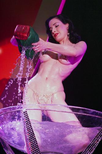 组图:脱衣舞娘台上沐浴秀完美胴体极至诱惑