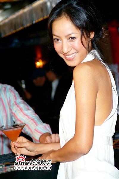 组图:蒋怡性感出席服装派对白衣礼服真空上阵