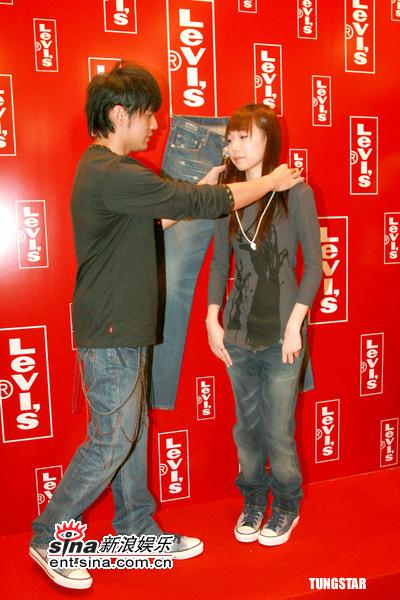 组图:周杰伦出席新店开幕细心为女模特带项链