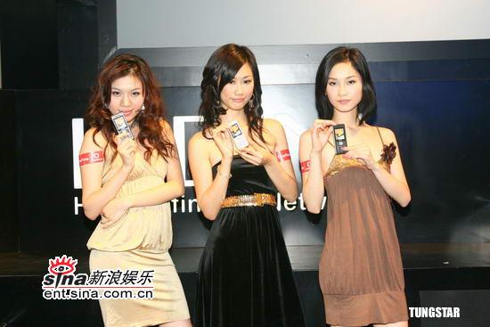 组图:廖碧儿邓丽欣展示手机效仿名模绕场一周