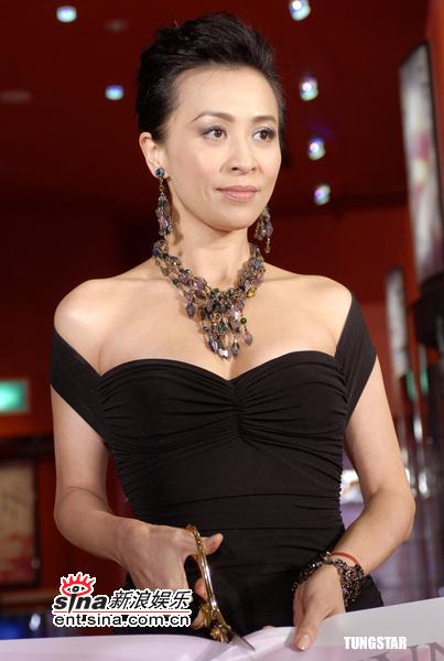 组图:刘嘉玲黑色低胸裙性感代言力挺好友王菲