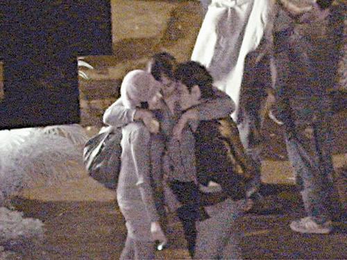 组图:林一峰夜泡同性恋吧当街被肥女紧抱不放
