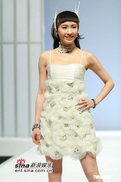 组图:黎姿走秀性感靓丽纱裙衬托凹凸有致身段