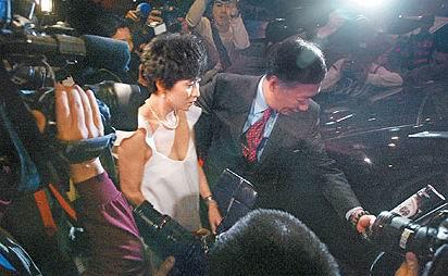 组图:刘嘉玲与郭台铭唱K狂欢撇伟仔另寻知己