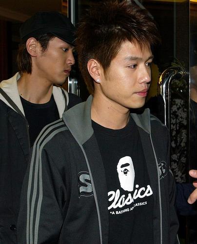 组图:李威苦候两日探许玮伦遭拒堂弟代为吊唁
