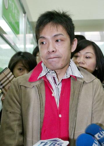 组图:台湾艺人吸毒案再度开庭大炳一副可怜相
