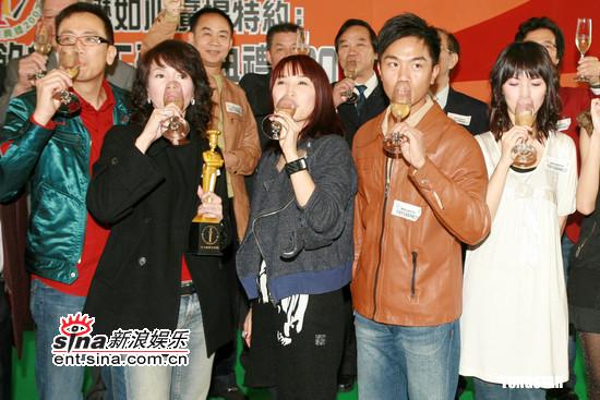 组图:郑裕玲出席饮食天王颁奖礼被问整容黑脸