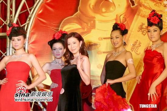 组图:佘诗曼担任珠宝模特演绎高贵动人美态