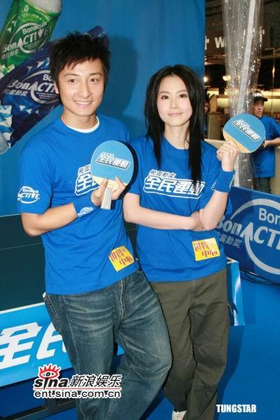 组图:方力申博颖宣传全民运动对打乒乓球