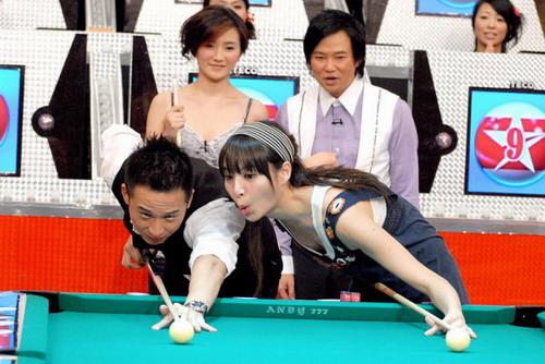 组图:白歆惠上节目打台球春光外泄露好身材