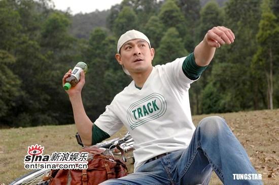 组图:刘德华拍最新绿茶广告被小朋友压倒在地