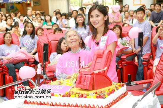 组图:蔡卓妍出席预祝母亲节活动为老人做按摩